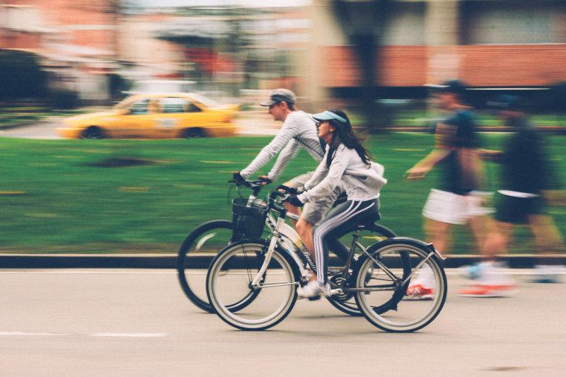 Fahrradfahrer mit Fahrradhandschuhen
