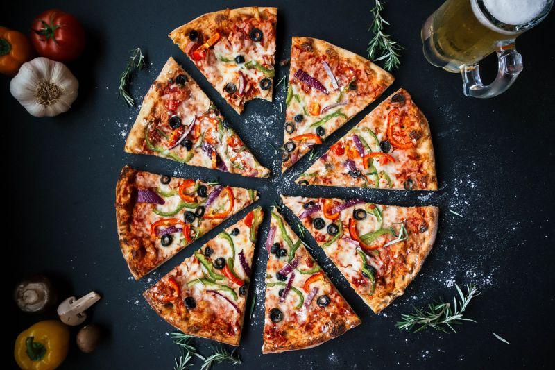 Die Pizza ist fertig gebacken und bereit zum Verzehr