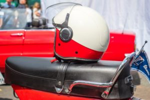 Retro-Helm in weiß- rot