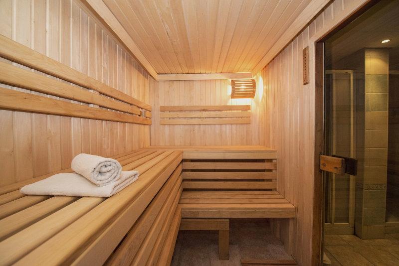 Sauna in der Saunatücher liegen
