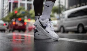 Imprägnierte Schuhe auf nasser Straße
