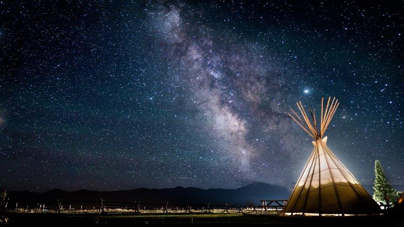 Ein Tipi Zelt vor einem Sternenhimmel