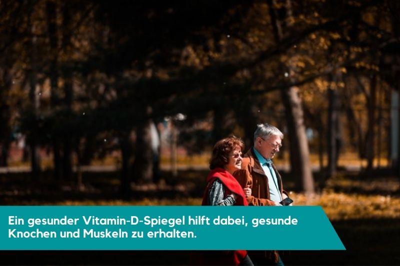 Älteres Paar beim Spazieren in der Sonne