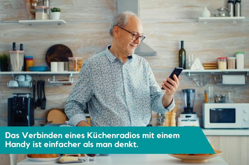 Alter Mann in der Kueche mit Text