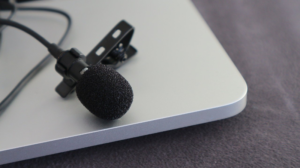 Ansteckmikrofon auf einem Laptop