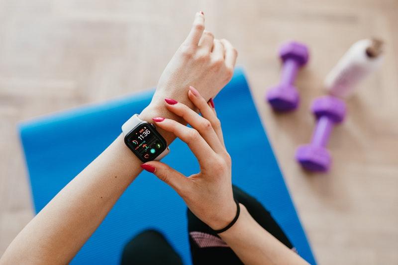 Frauen Arm mit einem Activity Tracker beim Fitness