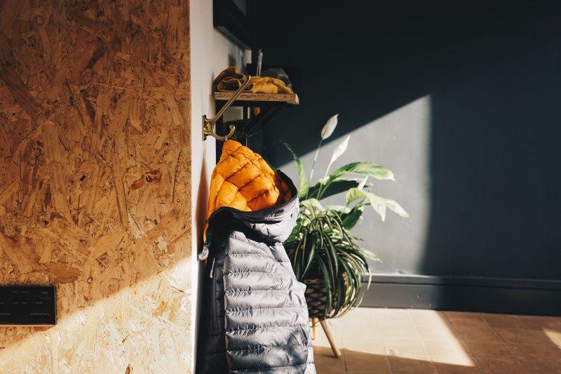 Daunenjacke in schwarz und orange
