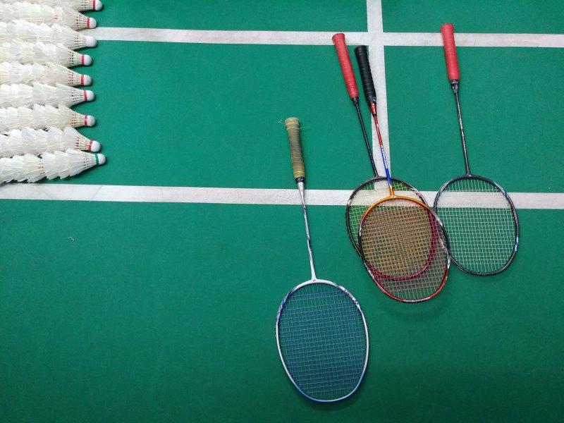 Badmintonschläger mit Federbällen auf Spielfeld