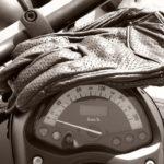 beheizbare Motorrad-Handschuhe auf Tacho von Motorrad