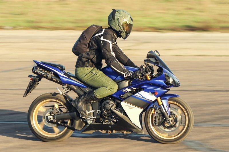 Motorradfahrer in Motorradhose auf Motorrad