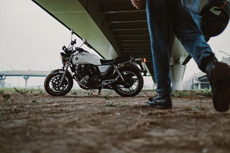 Mann geht zu seinem Motorrad
