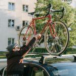 Mann mit Fahrradträger