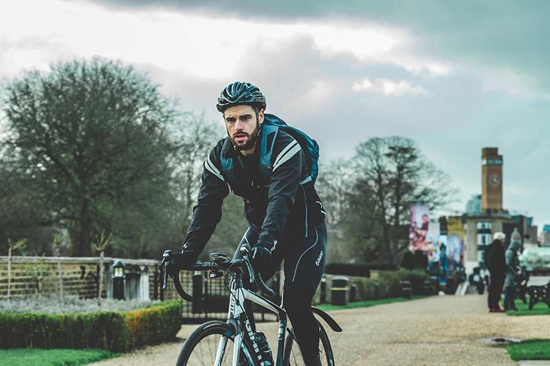 Mann mit faltbarem Fahrradrucksack