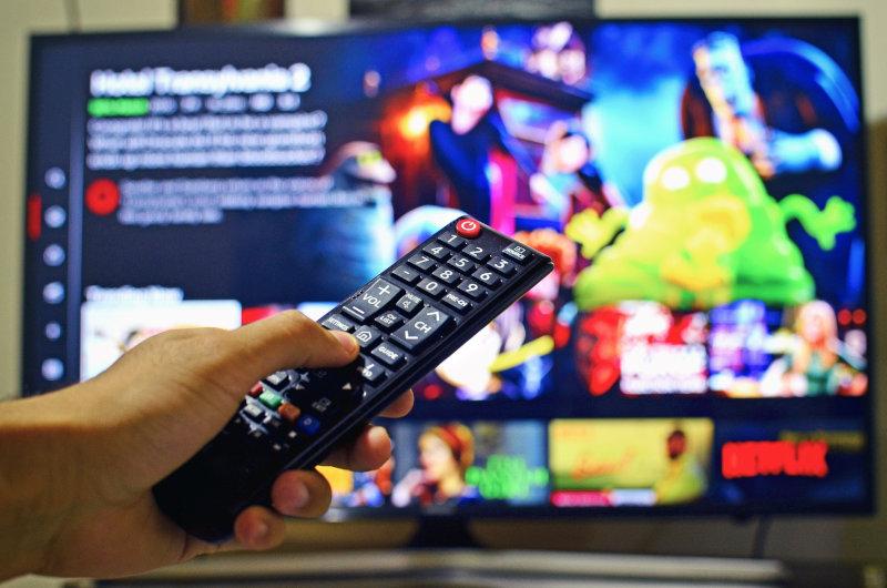 Fernbedienung vor 75 Zoll Fernseher