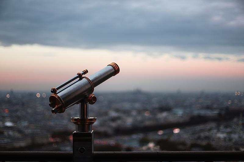 Teleskop auf einem hohen Gebäude
