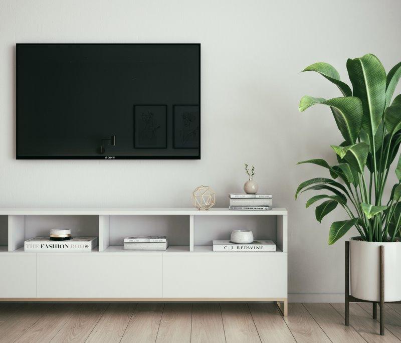 Fernseher der an einer Wand befestigt ist