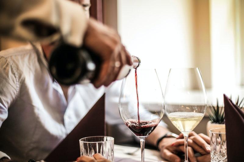 gekühlten Wein trinken aus Weinkühler
