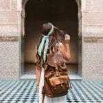 Frau mit Lederrucksack auf Reisen
