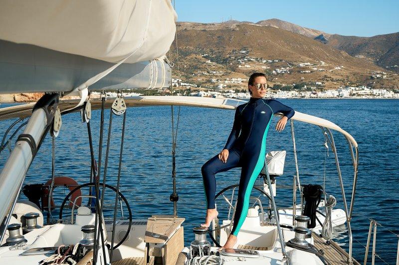 Frau mit einer Wassersport Sonnenbrille auf Bootstour