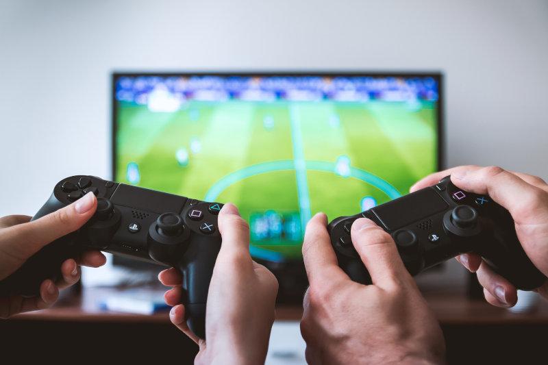 Gaming vor dem 75 Zoll Fernseher