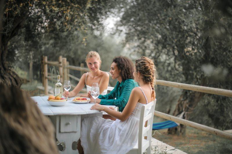 Frauen, die am Gartentisch sitzen