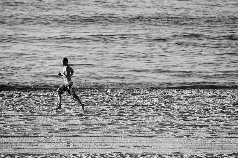 Jogger am Strand mit GPS-Uhr