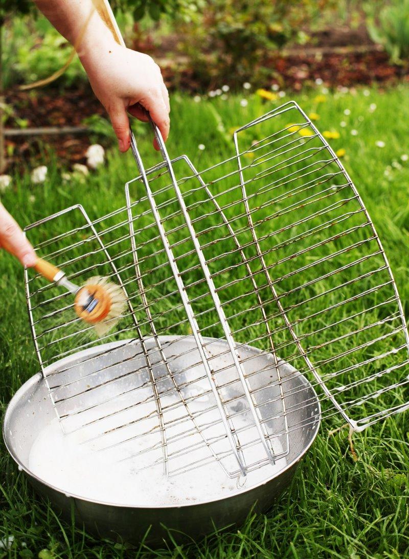 Edelstahlrost mit Grillbürste aus Nylon säubern