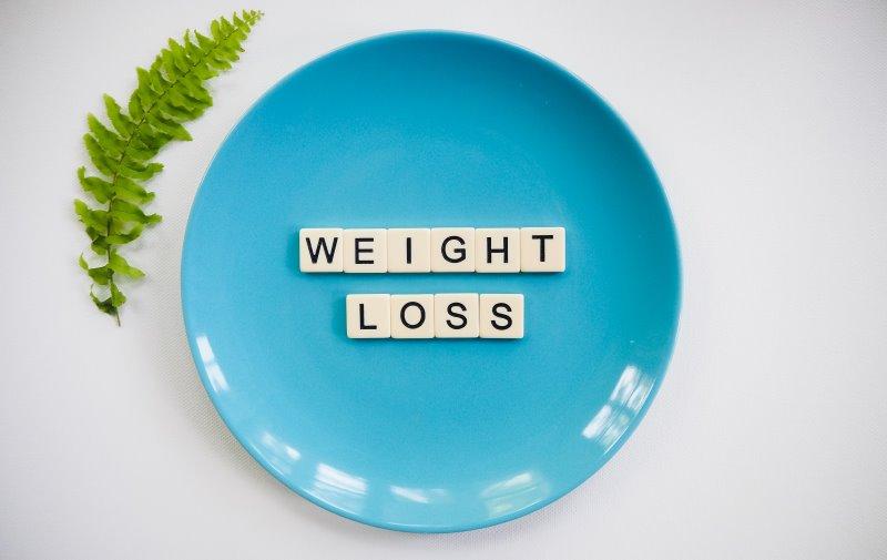 Teller mit dem Schriftzug WEIGHT LOSS - Gewichtsverlust durch Formula-Diäten