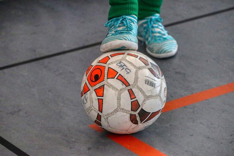 Hallenfußballschuhe mit Schnürsenkeln