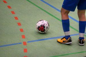 Hallenfußballschuhe mit einem Fußball