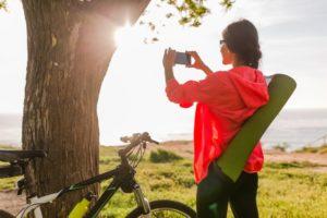 Frau mit Handy und Fahrrad