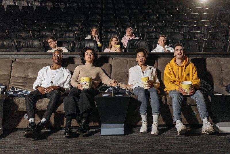 Freunde sitzen im Kino
