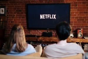 Pärchen sitz vorm Fernseher