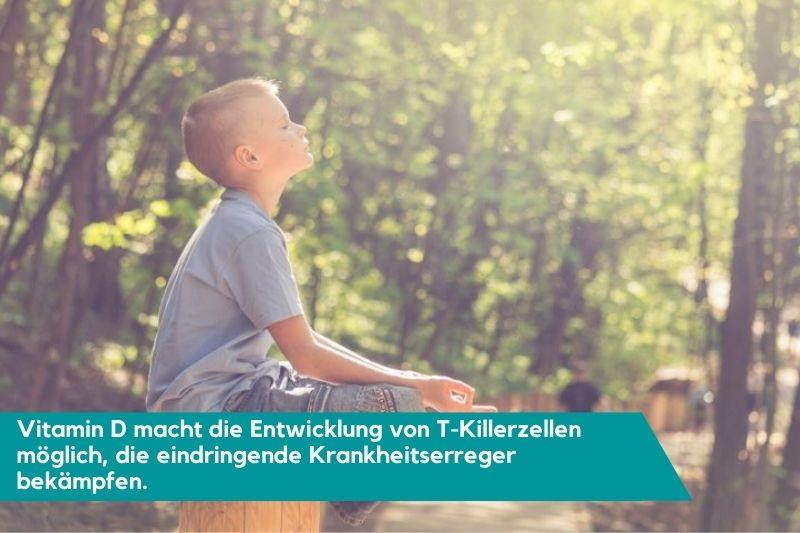 Kind das im Wald in der Sonne entspannt