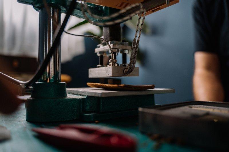 Nähmaschine, die dabei ist Leder zu verarbeiten