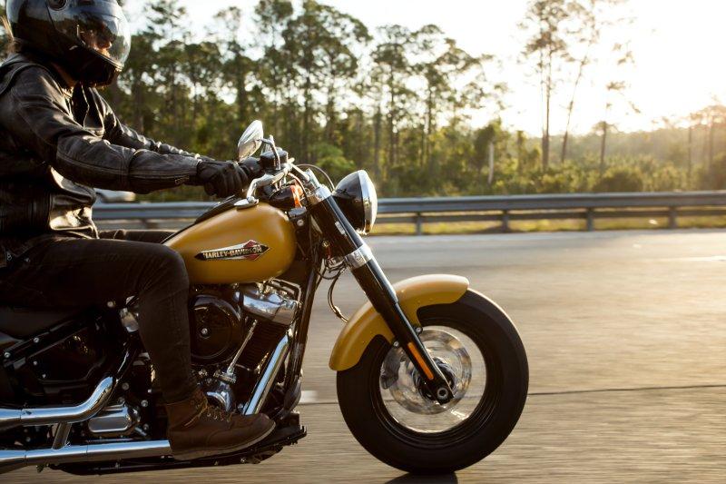Person, fahrend auf einer Harley Davidson, in einer Leder-Motorradjacke