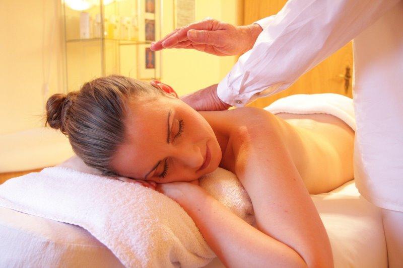 Frau auf einer Massageliege wird massiert