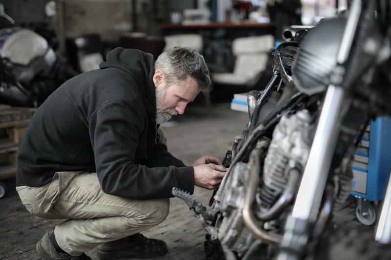 Ein Mechaniker arbeitet an einem Motorrad