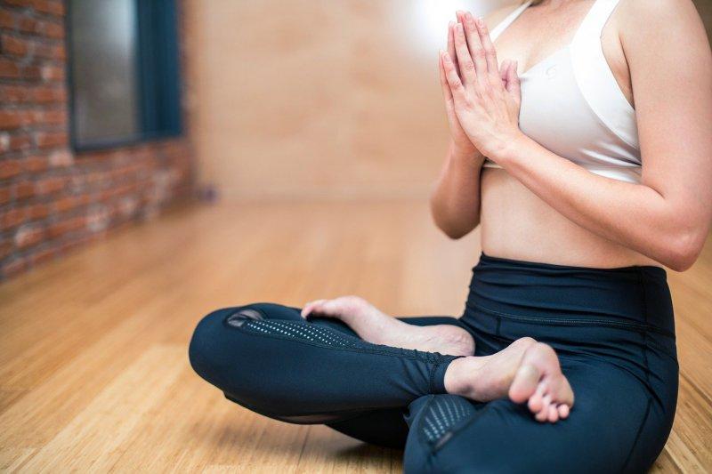 Lotossitz als eine Sitzform auf dem Meditationskissen