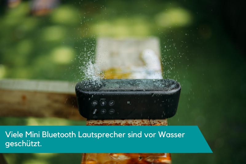 Mini Bluetooth Lautsprecher wird auf Wasserdichte getestet