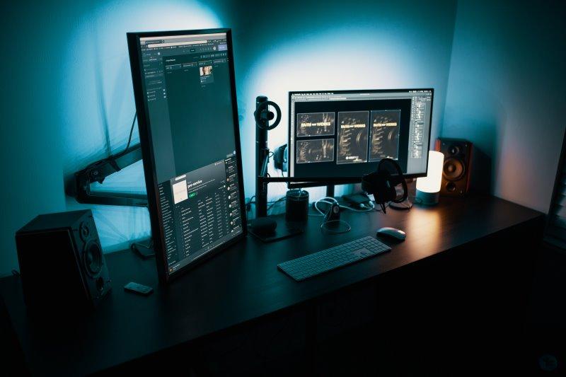 2 Monitore befestigt an verstellbaren Tischhalterungen