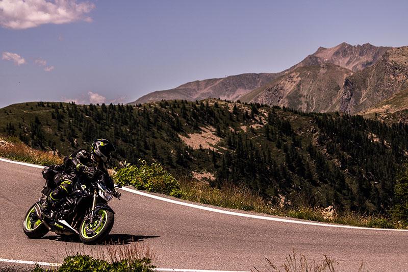 Motorradfahrer beim fahren in den Bergen