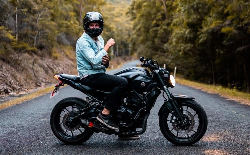 Motorradfahrer mit Motorrad Klapphelm