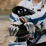 Weiße Motorradhandschuhe