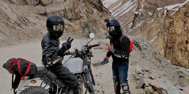 Zwei Motorradfahrer mit aufgesetzten Protektoren
