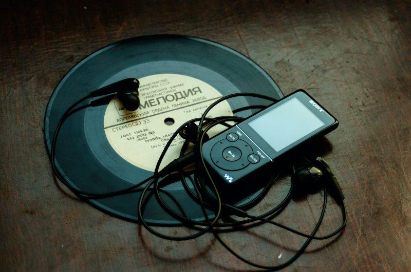 Mp3-Player mit Kopfhörern auf einer Schallplatte