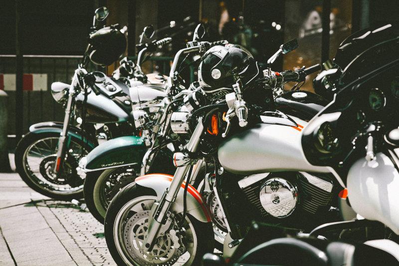 Parkende Motorräder mit Motorrad Alarmanlage