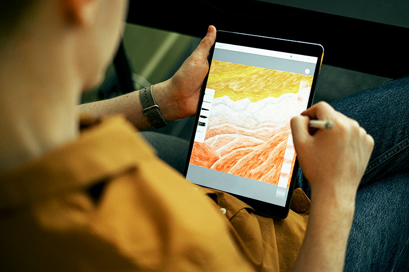 Eine Person zeichnet auf dem Tablet