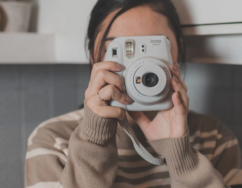 Frau mit Sofortbildkamera