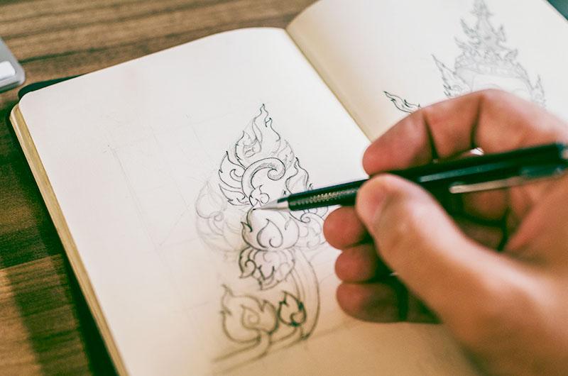 Zeichnungen mit einem Stift in ein Grafikbuch